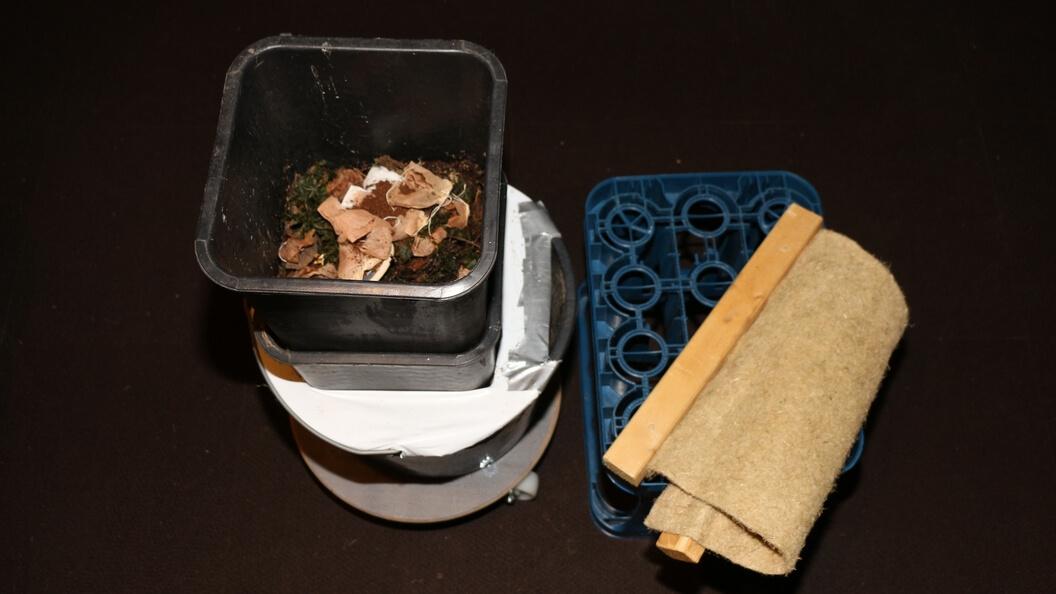Zur Entnahme vom Wurmtee werden die 11 Liter Töpfe entnommen